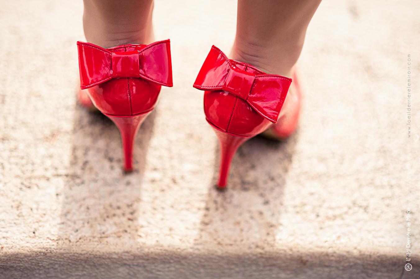 Chaussures de mariée rouge - Photographe de mariage à Monaco Monte Carlo | L'Œil Derrière le Miroir • Photographie