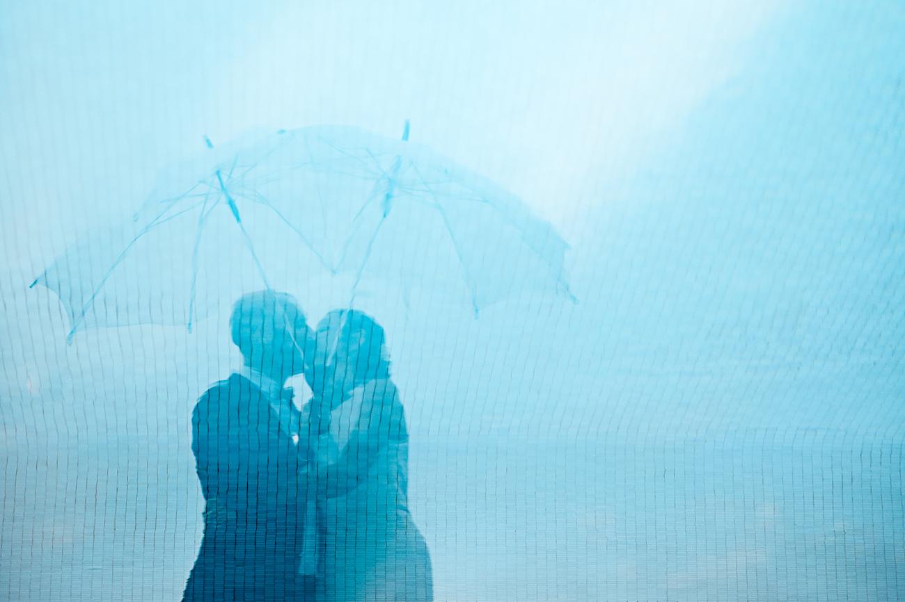 Photo de mariés dans le reflet de la piscine Photo originale par L'Œil Derrière le Miroir Photographe de Mariage Cote d'Azur France