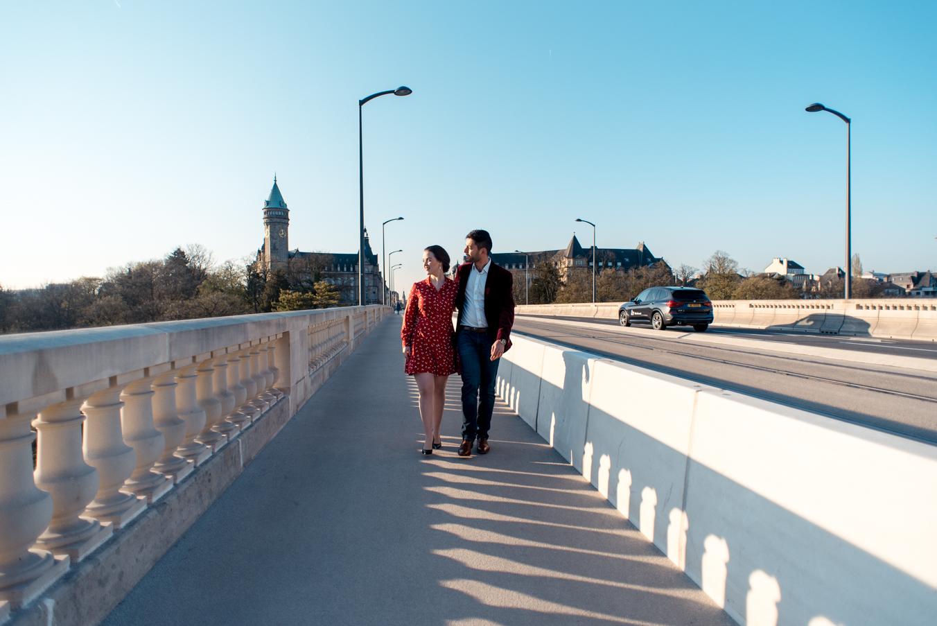 Engagement photosession in Luxembourg Grund | Séance photo de couple à Luxembourg par L'Œil Derrière le Miroir • Photographie Pont Adolphe