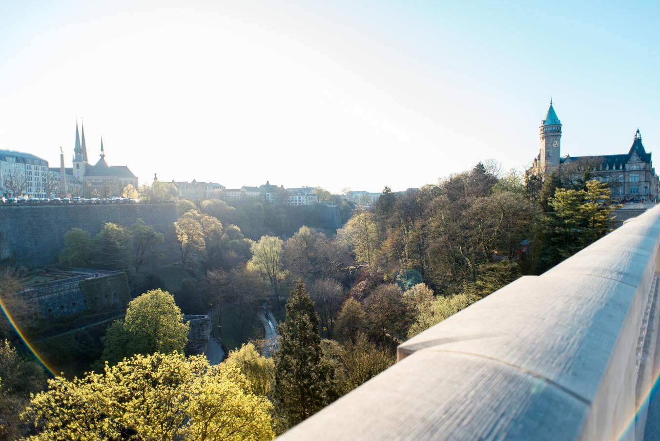 Engagement photosession in Luxembourg Grund | Séance photo de couple à Luxembourg par L'Œil Derrière le Miroir • Photographie Vue Luxembourg Pont Adolphe