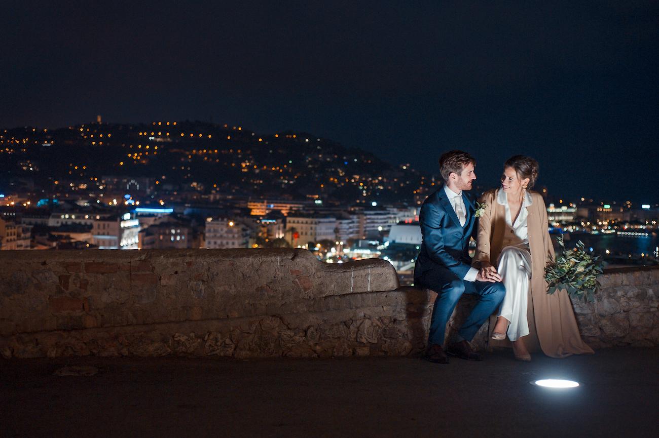 Photo de mariés de nuit à Cannes Photographe de mariage à Cannes | Bride and groom wedding picture by night by L'Œil Derrière le Miroir Wedding Photographer in Cannes 06